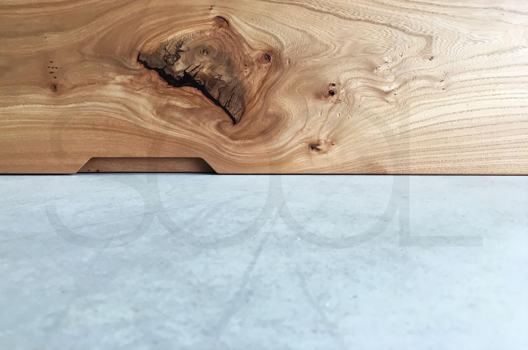 gewaterd iepenhout op beton