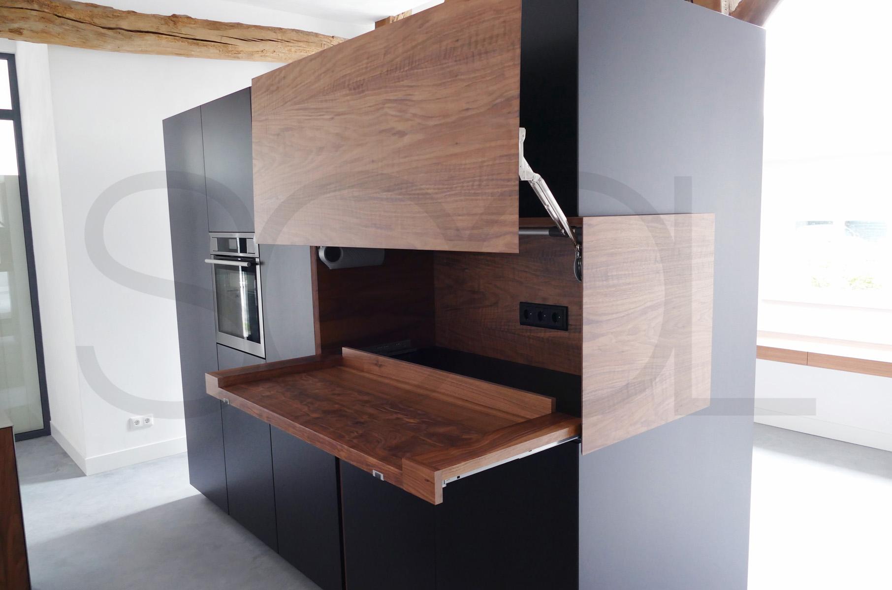 keukenobject van zwart MDF en notenhout